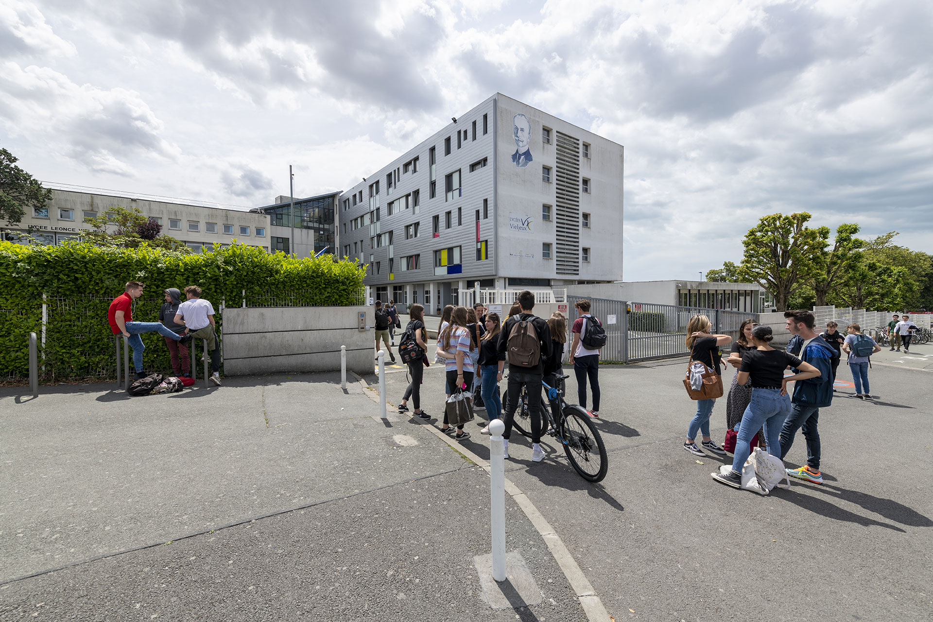 Entrée Lycée Léonce Vieljeux avec élèves